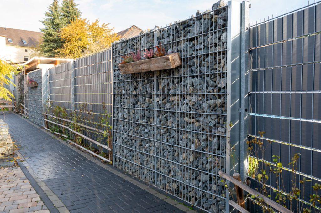 Zaun mit Steinen